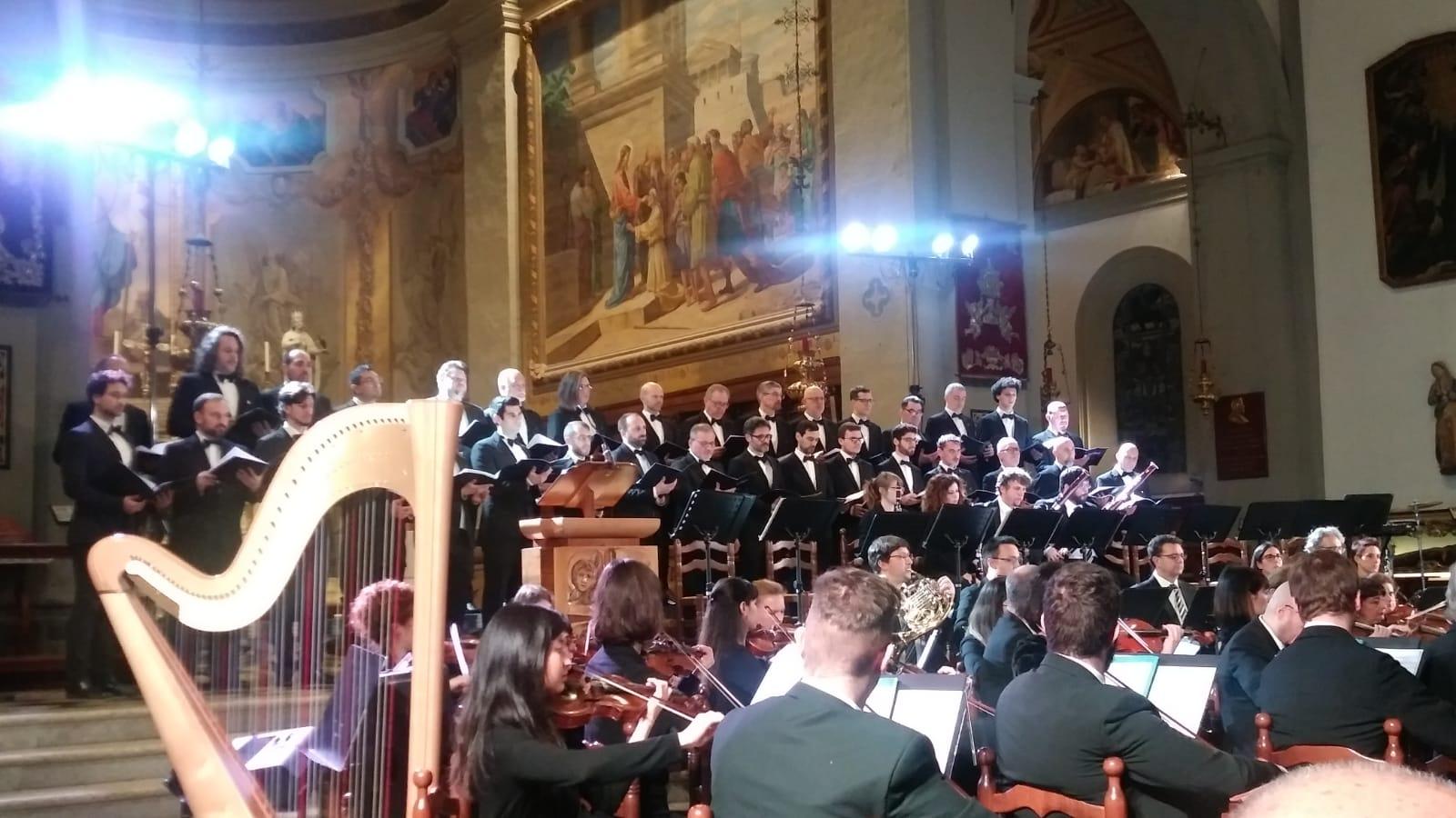 Il Polifonico di Ruda mentre si esibisce con la FVG Orchestra a Palmanova