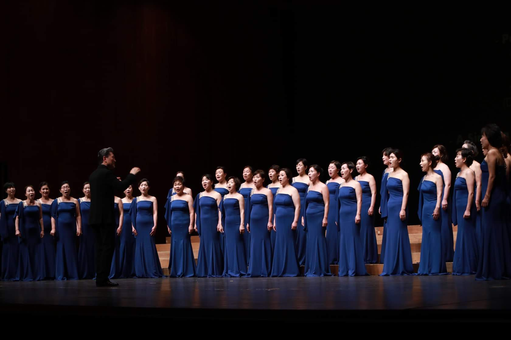 Luvoce ladies singers in concert with blue dresses