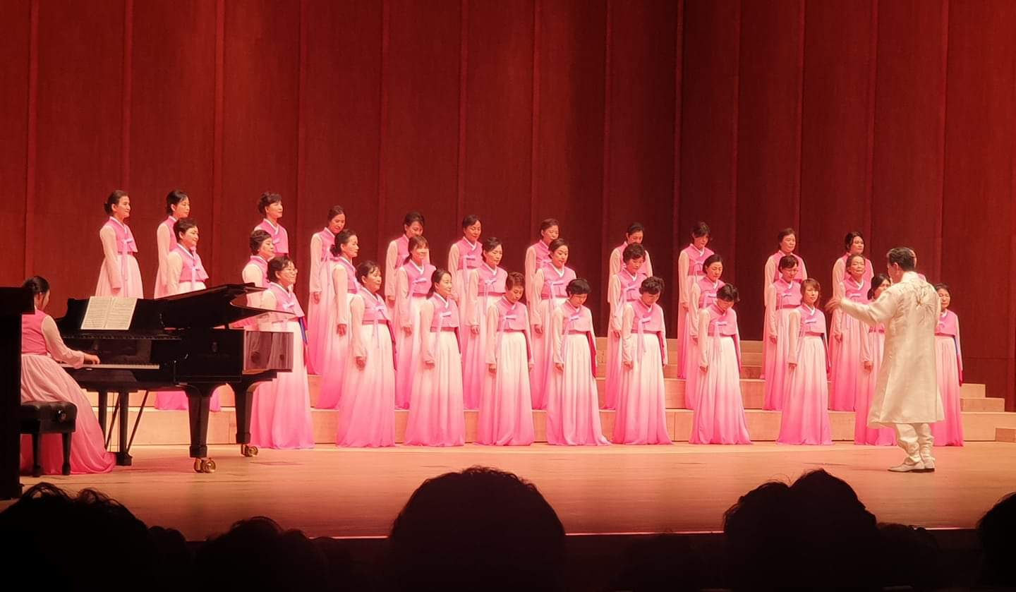 Luvoce ladies singers in concert with pink dresses